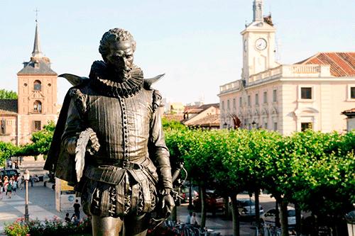 Estatua de cervantes en plaza de cervantes