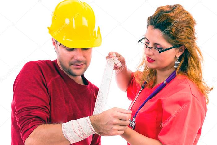 Fotos donde esta una enfermera curando a un obrero